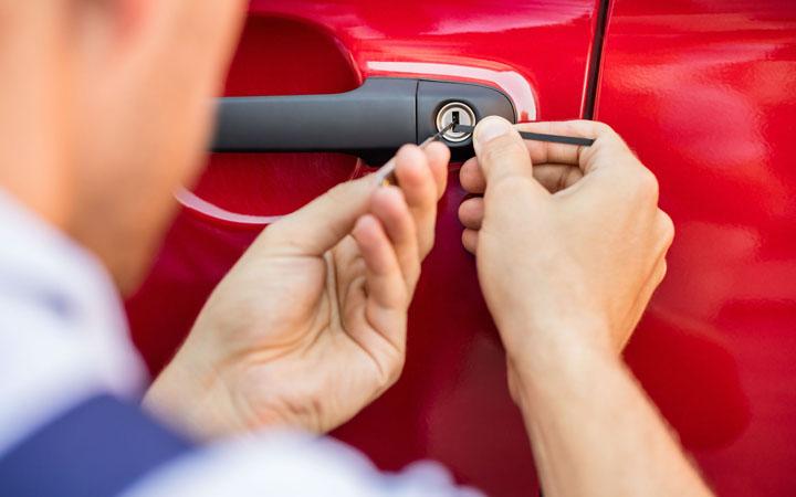 Cómo abrir un auto si la llave quedó adentro