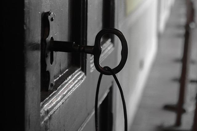 cómo abrir una puerta con llave puesta